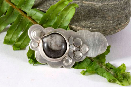 Lumi, vegetal brooch in sterling silver and fossil agate