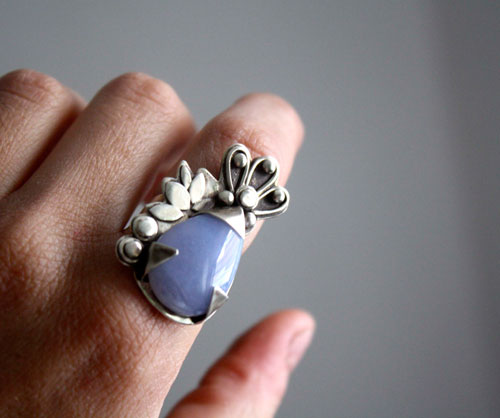 Huma 2, floral and vegetal ring in sterling silver and chalcedony