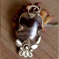 Loha, blossom details pendant in sterling silver and iron jasper