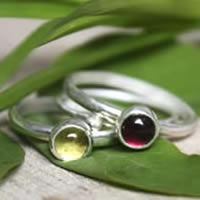The Poppy field, stacking rings in sterling silver, garnet and peridot