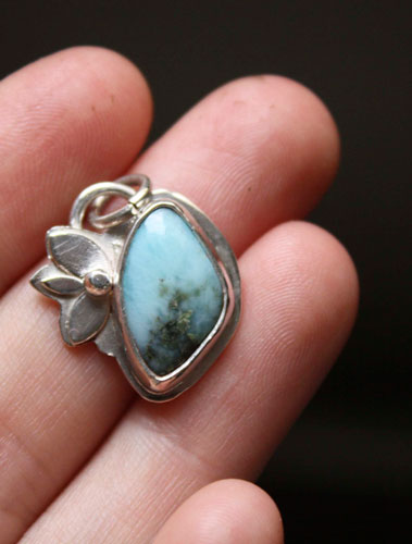 Clapotis, flower pendant in sterling silver and larimar