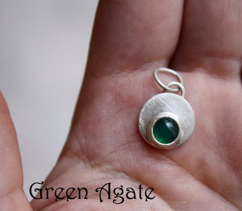Daurai, May birthstone, green agate, and round sterling silver pendant