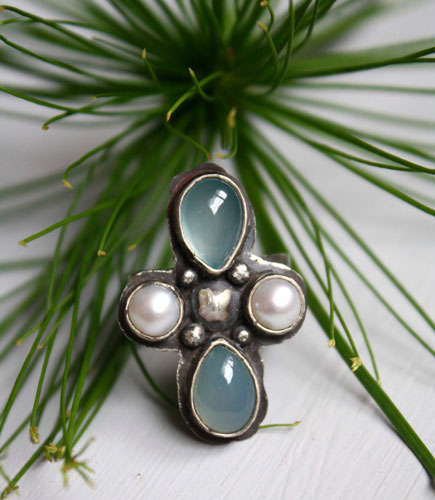 Sirocco, wind rose ring in sterling silver, chalcedony and freshwater pearl
