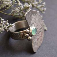 The sound of water, water lily leaf ring in sterling silver and chrysoprase
